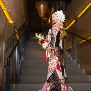 赤のリメイク振袖を着た花嫁