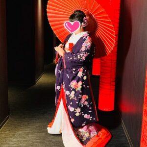 紫のリメイク振袖を着た花嫁