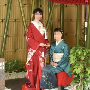 赤色のリメイク振袖を着た花嫁