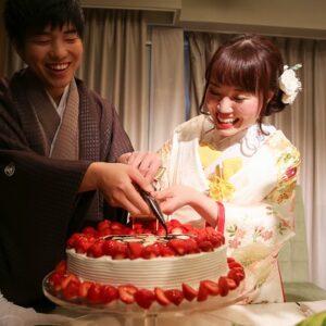 桃色のリメイク振袖を着た花嫁