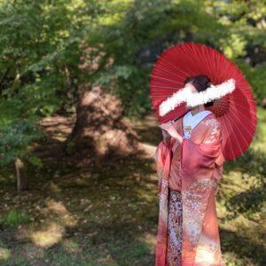 オレンジ色のリメイク振袖を着た花嫁