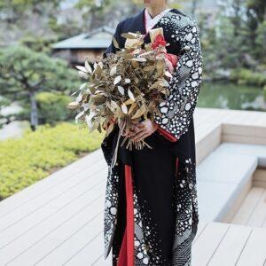 黒色のリメイク振袖を着た花嫁