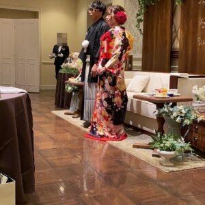 濃い紫色のリメイク振袖を着た花嫁