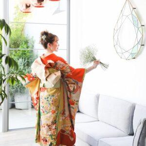 橙色のリメイク引き振袖を着た花嫁