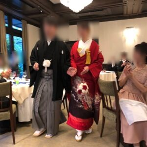 赤色のリメイク振袖を着た花嫁と花婿
